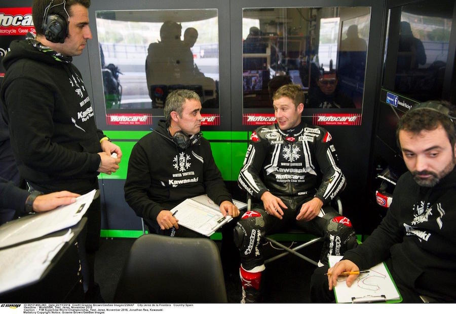 2016-11-jonathan-rea-with-crew-jerez-test-copy